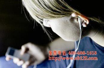 上网熬夜易伤身体,还会造成耳聋耳鸣